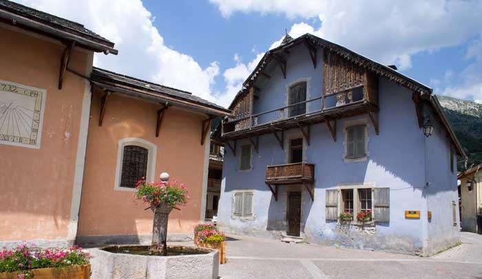Place de l'église de Ceillac